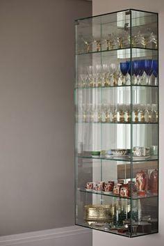 Cristaleira desenhada por Andréa Parreira e produzido pela Casa dos Vidros, especialmente para guardar objetos de família