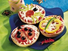 Crazy Critter Bagel Sandwiches Recipe: Kids will love making these single-serve pizzas. You set out all the toppings, and they let their imaginations run wild while creating critter designs from the toppings. Sandwiches, Toddler Meals, Kids Meals, Camping Meals, Cute Food, Good Food, Funny Food, Animal Snacks, Animal Food