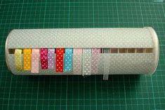 une boite de Pringles vide, customisée et voilà un rangement pour vos rouleaux de rubans ! :)