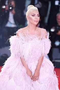 Lady Gaga no tapete vermelho do festival de Veneza. Lady Gaga Makeup, Lady Gaga Joanne, Glamour, A Star Is Born, Famous Women, Woman Crush, Pink Dress, Ball Gowns, Celebrity Style