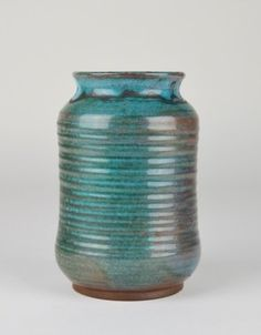 DEICHMANN CANADIAN POTTERY VASE blue glaze with ribbed design. H: 15 cm. (6 in.)