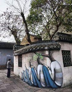 L'oeuvre de Julien Malland se trouve à Shanghai. Ce Street-Art donne un effet de vie, on peut imaginer que l'arbre le plus petit est un bébé, grâce à l'effet d'évolution, plus on regarde vers la droite et plus l'arbre est grand et aussi pour les personnes, l'oeuvre est peinte sur un mur, elle est aussi en 3D car on peut voir un collage avec le mur et la végétation.