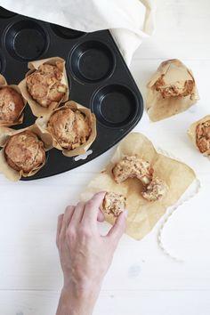 Manchmal kommt mir die Idee für ein Rezept ganz plötzlich und unerwartet. Letztens habe ich ein Stück Apfel-Ingwer Kuchen probiert, war begeistert und musste es sofort nachmachen, aber auf meine Art. Ich wollte vegane Muffins backen, die keinen Industriezucker enthalten, aber so schmecken, als ob.