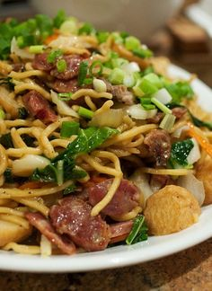 Recipe for Pancit Canton - a Massively Popular Pancit in the Philippines - Foot and Drink Filipino Dishes, Filipino Recipes, Asian Recipes, Filipino Food, Ethnic Recipes, Filipino Noodles, Filipino Pancit, Pinoy Recipe, Asian Noodles
