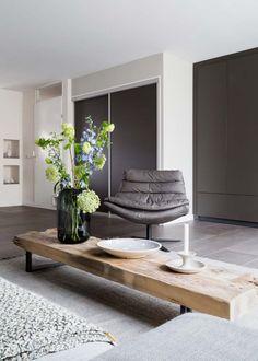 Voorjaar 2018 vtwonen aflevering 6: Oostzaan Living Room Interior, Home Living Room, Living Room Decor, Living Spaces, Loft Apartment Decorating, Sofa Tables, Furniture Styles, Family Room, Interior Design