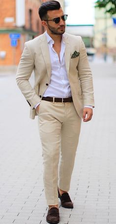 68be24103a7 Blazer Beige + Camisa Blanca + zapatos Marrones Pantalones Marrones,  Camisas Blancas Hombre, Traje