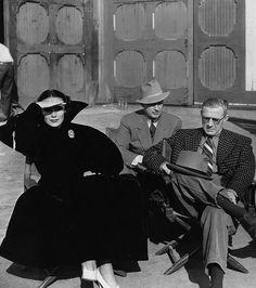 Momento de relajación durante la filmación en la Warner Brothers ' In Caliente'.