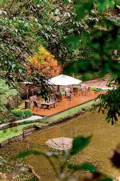 O gramado à beira do lago ganhou o deque com mobiliário de área externa da Sierra Móveis (Foto: Edu Castello/Editora Globo) Projeto em Campos do Jordão, do escritório de arquitetura Arkitito, publicado em Casa e Jardim.