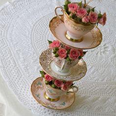 Google Image Result for http://media3.onsugar.com/files/2012/01/02/6/2123/21239779/4e9907a27125ffb5_4719297151_02e8ebe755_z_Summer-Wedding-Centerpiece-Ideas.jpg