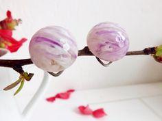 Boucles d'Oreille rondes en résine par LesMondesDeChristine sur Etsy