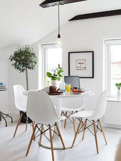 salle à manger scandinave, chaises design scandinave et table tulipe
