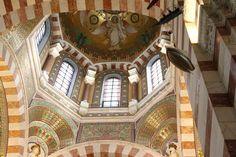 https://flic.kr/p/pteQxD | Notre-Dame de la Garde | Notre-Dame de la Garde est une basilique néo-byzantine. L'architecte qui a repris le projet a été inspiré par les ors vénitiens. Marseille (France).