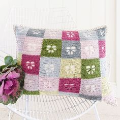 With only a week to go until our September issue is out, we thought we'd share this super-sweet sneak peek with you all! @sandracherryhrt has created this absolutely gorgeous crochet butterfly cushion - doesn't it make you dream of warm Spring days in blossoming gardens?