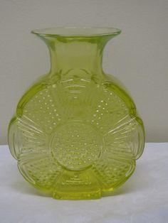 Riihimäen Lasi, Tamara Aladin suunnittelema Amuletti-maljakko keltaista lasia. Ehjä ja siistikuntoinen, korkeus 20 cm. Ei signeerattu. 80 euroa.