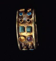 Bracelet | Roman, A.D. 300 - 400 | Gold, glass, and emerald #RomanBracelet #VonGiesbrechtJewels