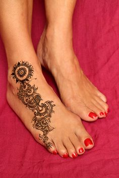 My mom always asks me when I'm going to do a henna on her foot but we never seem to find the time. I was finally able to do a small henna design the other night while she was relaxing. Henna Tattoo Hand, Small Henna Tattoos, Henna Tattoo Designs, Feminine Tattoos, Love Tattoos, Tatoos, Henna Ankle, Ankle Foot Tattoo, Leg Mehndi