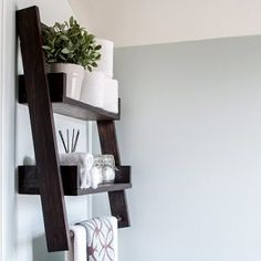 A DIY floating ladder shelf that fits in perfectly with any decor or room. Combine DIY floating shelves and DIY ladder shelves to create this unique open shelf. The step by step plans show you how to build this perfect alternative to simple open shelves. Decor, Home Diy, Diy Shelves, Shelves, Floating Shelves Diy, Diy Nightstand, Home Decor, 2x4 Wood Projects, Diy Woodworking