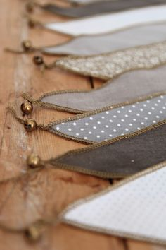 Les Pensées de Violette - Guirlande fanions - Numero74 idée, mettre des petits grelots à la place de la perle à la pointe du fanion...