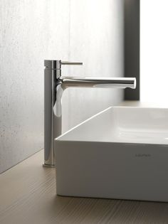 The Twinplus tapware collection exudes sophistication and iconic style. An all-round design solution for modern bathrooms, the Laufen Twinplus Extended Basin Mixer features a classic pin lever handle and minimal, seamless lines. Laufen Bathroom, Reece Bathroom, Lavabo Design, Basin Mixer Taps, Living Environment, Round Design, Modern Bathroom, Bathroom Ideas, Square