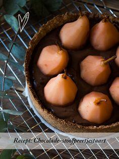 Deze chocolade-stoofpeertjestaart is nog beter gelukt dan wij hadden verwacht. De combinatie van peren en romige chocola is de beste combinatie ooit!
