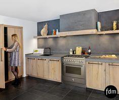 Deze white wash oud balk eiken keuken is landelijk met modern gecombineerd. De warme kleuren van het eiken hout, gecombineerd met een strak RVS Steel fornuis maken het plaatje compleet.