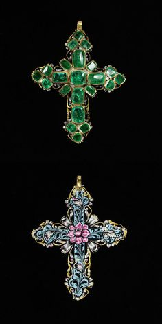 Pendant cross of Colombian emeralds set in enamelled gold, the back decorated with enamelled leaves and a flower, made in West Europe, 1650-1700, Height: 5.9 cm, Width: 4.5 cm, Depth: 0.9 cm