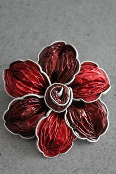 Haarspange oder Pin Nespresso Red und Bordeaux Barrette ou broche Nespresso Rouge et Bordeaux Haarspange oder Pin Nespresso Red und Bordeaux Yard Art Crafts, Cup Crafts, Diy Crafts For Kids, Recycled Jewelry, Recycled Art, Dosette Nespresso, Soda Can Crafts, Tissue Paper Flowers, Coffee Pods