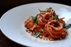 Et si vous changiez du classique pesto rosso pour des pâtes originales : les pâtes à la crème de poivrons rouges grillés... Miam !