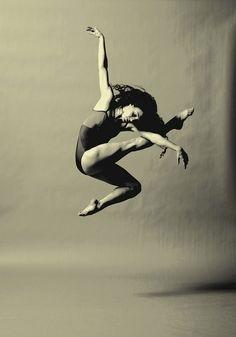 ★ダンスミュージックに乗って ダンスミュージックに乗って 飛び上るほどのダンスを演じてみる。 空中に飛び上った瞬間の気持ちよさは、 何度味わっても良い。