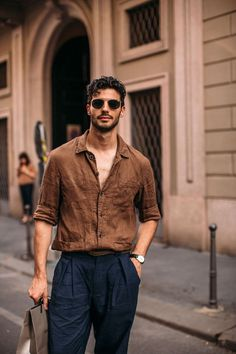 Milan Mens Street Style Spring 2020 More of DAY 3 The Impression Mens Street Style photos from Milan Mens Spring Models Influencers Editors . Summer Outfits Men, Stylish Mens Outfits, Edgy Outfits, Mode Outfits, Spring Outfits, Summer Men, Man Style Summer, Fashion Outfits, Fashion Shirts