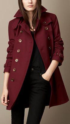 Trench Coat da Burberry (só isso já faz qualquer uma suspirar), na cor Marsala (pronto, desmaia logo!). É muito estilo pra um look só... <3