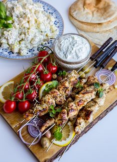 Souvlaki- Grekiska kycklingspett - ZEINAS KITCHEN Grilling Recipes, Wine Recipes, Vegan Recipes, Cooking Recipes, Vegan Food, Zeina, Good Food, Yummy Food, No Sugar Foods