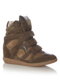 Deze wedgesneaker Bekett van Isabel Marant khakitint.