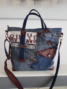 Mochila Jeans, Western Purses, Denim Ideas, Diy Purse, Craft Bags, Altering Clothes, Quilted Bag, Fabric Bags, Handmade Bags
