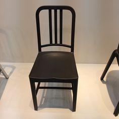 @emeco.... tradicional cadeira de alumínio leva 111 garrafas pet na sua composição ( a cadeira da foto é feita com embalagens de coca cola) .... Visionários ... Emeco para mim a empresa mais sustentável até agora, um mix de tradição e revolução #Milandesignweek2015 #MilanDesignWeek #fabiogaleazzo #galeazzodesign #sustentabilidade #milan #milao #chair #inovation #design