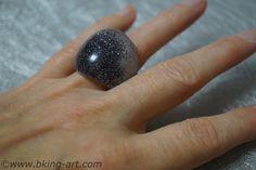 Gießharz Ring Glitter schwarz - Resin Ring with Black Glitter. Dieser Gießharz Ring wurde in eine Form gegossen, anschließend mit Sandpapier geschliffen und poliert, reine Handarbeit. This handmade resin ring has been poured into a mold and than polished with differend sizes of sandpaper. #gießharz #kunstharz #resin #ring #black #glitter #handmade #handarbeit #original #schmuck #gießen #pour #jewellery #schwarz #glitter #black
