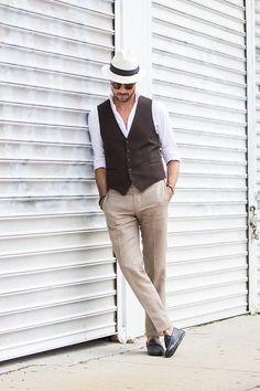 """ここ数年で一気に存在感を高めるメンズファッションアイテムといえば""""ベスト(ジレ)""""。着こなしや素材を選ぶことで季節を問わず活用できるワードローブのひとつだ。今回は""""ベスト(ジレ)""""にフォーカスして注目の着こなし&アイテムを紹介! ベストの呼び名は各国で異なる ベスト(英:vest 仏:veste)でほぼ伝わるが、特にイギリス英語ではウェストコート(waistcoat)、フランス語ではジレ(gilet)と言うことも多い。ちなみにアメリカ英語におけるvestは、袖のない衣服全体を指し「シャツの下に着る肌着/タンクトップ」という意味にも使われる。ほぼ死語と言っても良いかもしれないが日本における「チョッキ」とは直着の訛りという説がある。また、スーツやジャケットとセット売りされていない単体ベストは「オッドベスト」と呼ばれ、スーツスタイルはもちろん、ジャケパンスタイルからTシャツ、シャツスタイルまで幅広い着こなしに対応している。 thebestofyou 自由度の高まるベストの着こなし テーラードジャケットとセットで着こなすのがベスト..."""