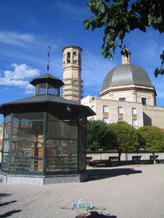 Pajarera de la Glorieta ,Cúpula y campanario de la iglesia San Mauro y Sant Frances