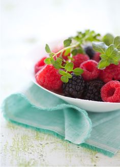 canelle et vanille - food drink - food - dessert - fruit - raspberries blackberries Dessert Aux Fruits, Yummy Food, Tasty, Frozen Treats, Creative Food, Fruits And Veggies, Fresh Fruit, Raspberry, Strawberry