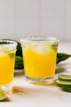 This easy Mango Margarita on the rocks is made with only 4 ingredients, this drink is incredibly refreshing and delicious! Frozen Mango Margarita, Skinny Margarita, Margarita Mix, Margarita Recipes, Cocktails, Cocktail Recipes, Margarita On The Rocks, Best Tequila, Mango Puree