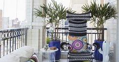 Varanda com sofá branco e almofada Colorida
