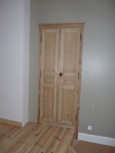 Façade de placard réalisée avec des portes anciennes, elles sont montées avec la quincaillerie d'origine.