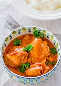CROCKPOT THAI CHICKEN THIGHS from:jocooks.com INGREDIENTS 8 chicken thighs, boneless, skinless 1 tsp grated ginger 1½ cups water 1 tbsp sesame oil 1 tbsp fish sauce 1 – 2 tsp sriracha sauce 3 tbsp peanut butter ½ tsp chili pepper flakes ½ cup coconut milk 3 tbsp tomato paste salt and pepper to taste
