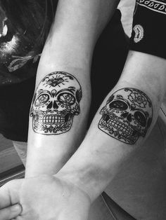 Couple tattoos, best friend tattoos, pretty tattoos, cute tattoos, badass t Caveira Mexicana Tattoo, Tattoo Caveira, Skull Couple Tattoo, Couple Tattoos Love, Kunst Tattoos, Body Art Tattoos, Tribal Tattoos, Tattoo L, Herz Tattoo
