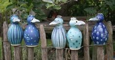 Dekorative Gartenkeramik aus Meisterhand. Meine Pfostenhocker/Zaunhocker werden mit etwas Stroh zum trauten Heim für nützliche Gartenbewohner.
