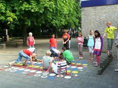 Twister, dat is een heel leuk spel. Je hebt het ook in reuze twister maar het is soms moeilijk als er veel wind is.Daarom kan je de speelplaats makkelijk opfleuren door Twister te schilderen op de grond.