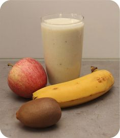 Op dit eetdagboek kookblog : Smoothie met Appel, Banaan en Kiwi - Vandaag veel fruit gekocht om zo in het oude jaar al een begin te maken. Deze keer met Griekse yoghurt die gewoon op moest. Ingrediënten: 1 appel, 2 banane