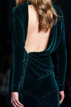 robe en velours vert émeraude, dos nu, mini boutons sur la taille disposés latéralement, tenue chic et choc, style femme vamp
