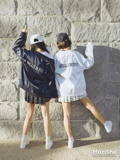 fashion trend in Korea: Twin Look Dressing similarly with best friends in style .Popular fashion trend in Korea: Twin Look Dressing similarly with best friends in style . Korean Fashion Trends, Korea Fashion, Kpop Fashion, Asian Fashion, Girl Fashion, Fashion Outfits, Womens Fashion, Cheap Fashion, Ulzzang Fashion