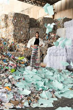The pileup of waste and garbage in the 'Nuestro Futuro' fashion story emphasize consumption of the latest fashion and damage to the environment. Vogue Fashion, Fast Fashion, Slow Fashion, Fashion Art, Editorial Fashion, Fashion News, High Fashion, Fashion Design, Fashion Images